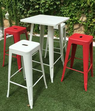 mesa y taburetes tolix para el exterior